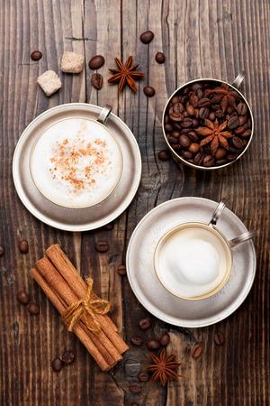 Kávé cappuccino pohár fa asztalon. Felülnézet