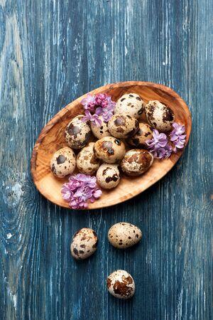 codorniz: huevos de codorniz y flores