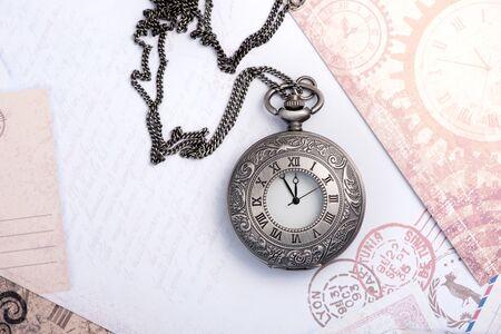 Alte Uhr an einer Kette. Vintage-Karte