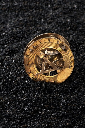 reloj de sol: Reloj de sol viejo con el comp�s en el fondo negro Foto de archivo