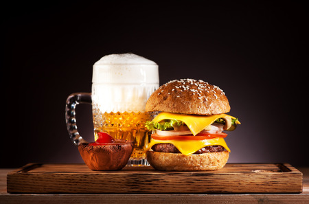 Hamburger en mok bier Stockfoto - 69399794