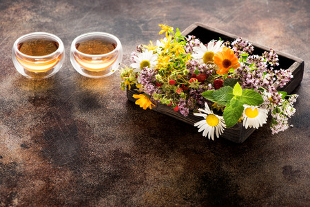Herbs and flowers for herbal healing tea in a wooden box and cups tea Stockfoto