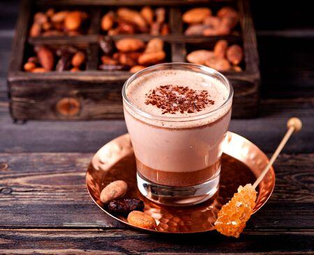 Chocolat chaud ou cacao chaud et fèves de cacao