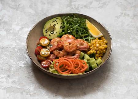 Healhty lunch bowl salad with grilled shrimp, fresh vegetables and herbs. Ð¡lean eating, top view. Balanced food concept. Stockfoto