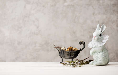 Happy Easter. Festive background with Easter eggs, willow branches and Easter bunny. copy space Stockfoto