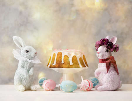 Happy Easter composition with Easter bunnies, cake and colorful eggs. Stockfoto