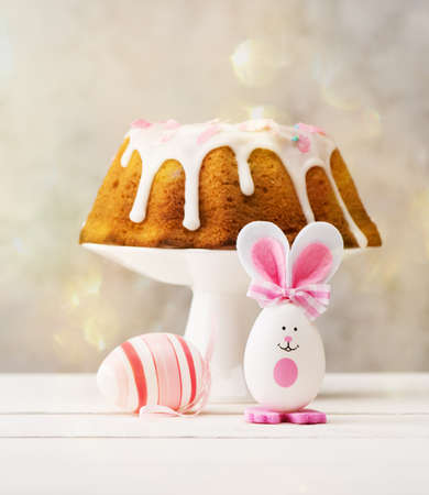 Happy Easter Festive background with Easter egg, cake and Easter bunny Stockfoto