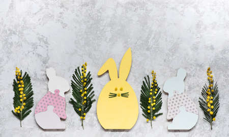Easter banner with funny bunnies and spring flowers. Easter holiday background, top view, copy space Stockfoto