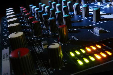 estudio de grabacion: Consola de mezclas en club nocturno.  Foto de archivo
