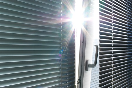 window shade: Sol a trav�s de la ventana. Elemento de dise�o.