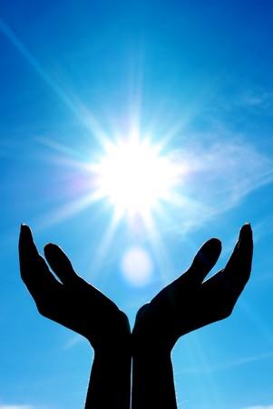 mano de dios: Las manos y el sol. Dise�o conceptual.  Foto de archivo