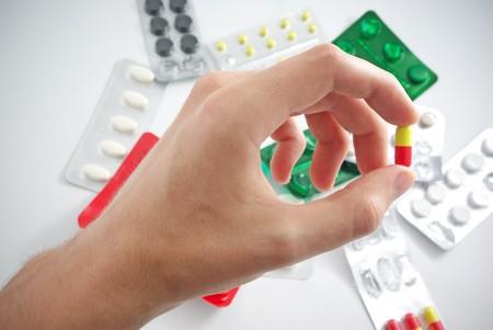 pills in hand: Mano con la p�ldora. Elemento de dise�o m�dico.