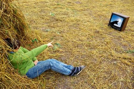 ver television: Chica de heno ver tv. Dise�o conceptual.
