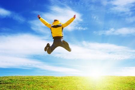 Uomo saltare sul prato verde. Scena emotivo.