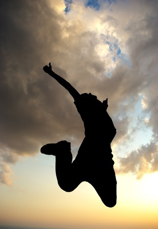 salto largo: Hombre en el cielo. Elemento de dise�o.  Foto de archivo