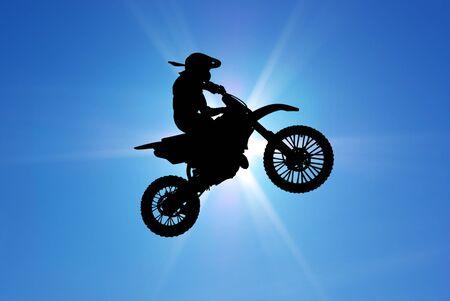 salto largo: Moto racer en cielo soleado. Elemento de dise�o de deporte.