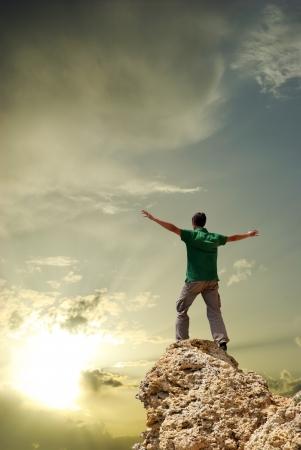 libertad: Hombre en la cima de la monta�a. Dise�o conceptual. Foto de archivo