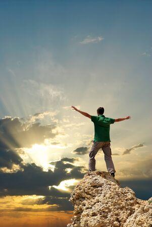 bovenaanzicht mens: Man op de piek van de berg. Conceptuele ontwerp.