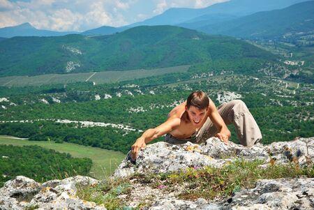clamber: Arrampicarsi di uomo sulla montagna. Elemento di design.