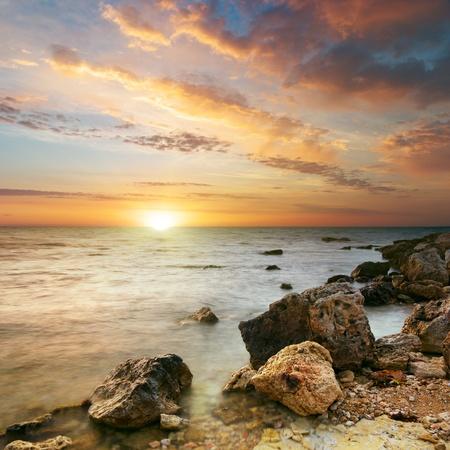 Meer und Stein den Sonnenuntergang. Natur-Komposition.  Standard-Bild