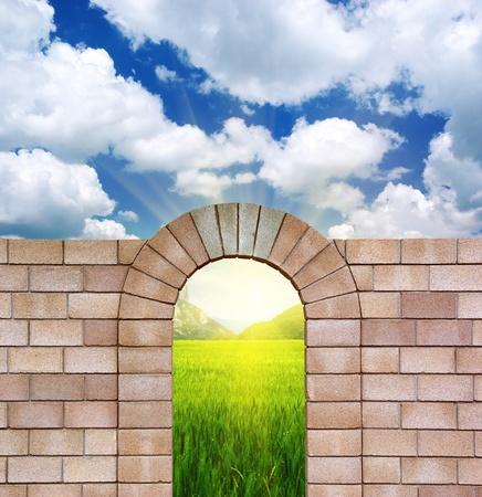 arcos de piedra: Arco de ladrillos y naturaleza. Elemento de diseño. Foto de archivo