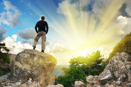 bergbeklimmen: Man op de top van de berg. Conceptuele ontwerp.