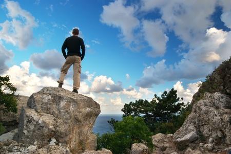 bovenaanzicht mens: Man op de top van de berg. Conceptuele ontwerp.