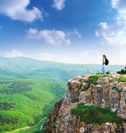 Meisje op het hoogtepunt van de berg. Landschap samenstelling.