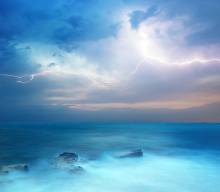 Rotsen en de zee storm. Dramatische scene. Samenstelling van de natuur Stockfoto