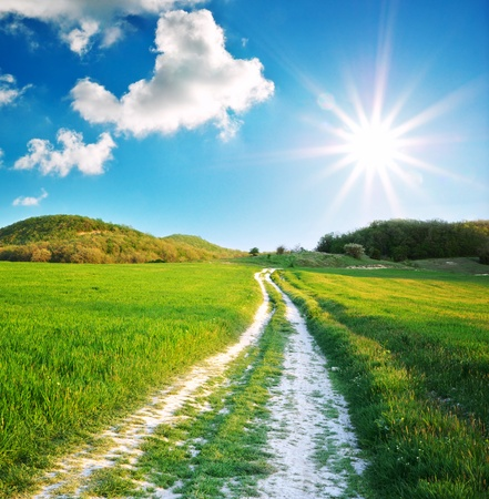 Road Lane und tiefblauen Himmel. Natur-Design.