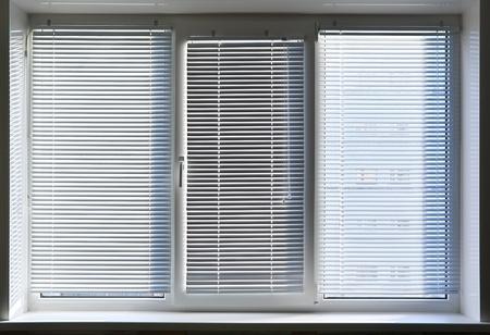 sipario chiuso: Grande finestra con persiana. Elemento di design.