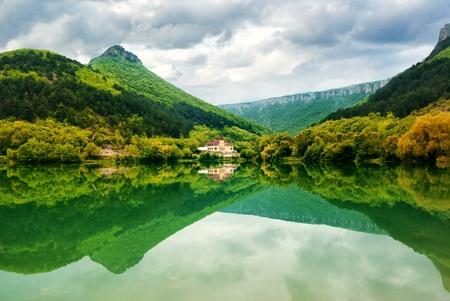 naturaleza: Lago de monta�a. Hermosa composici�n de la naturaleza. Foto de archivo
