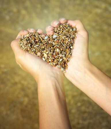 love of life: Simbolo del cuore in mano femminile. Progettazione concettuale.  Archivio Fotografico