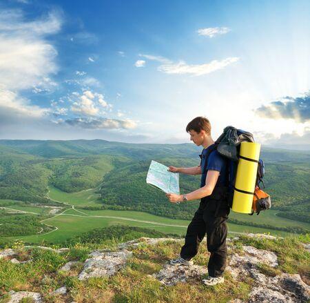 viajero: Tur�stica de hombre en monta�a Lee el mapa. Actividad de ocio.