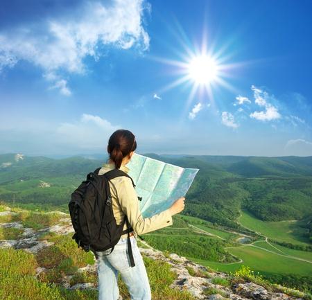 viajero: Tur�stica de ni�a en monta�a Lee el mapa.  Foto de archivo