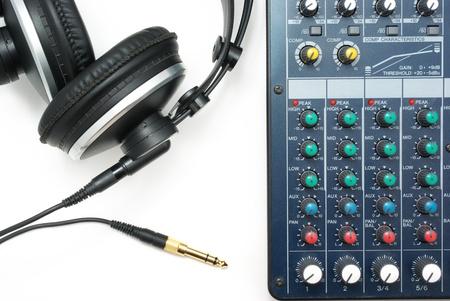 Console di mixaggio e cuffie. Elemento di design di musica.