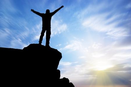 victoire: Homme au sommet de la montagne. Conception. Banque d'images
