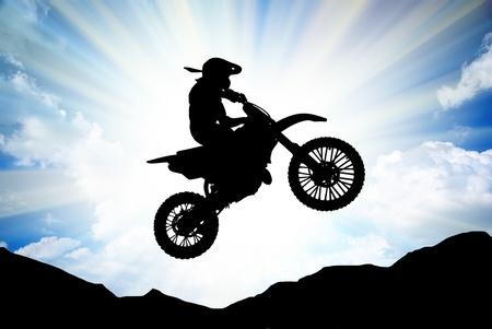 salto largo: Moto Racer en el cielo soleado. Elemento de dise�o deportivo. Foto de archivo