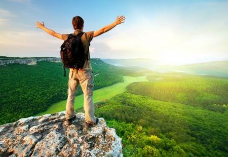 klimmer: Man op de top van de berg. Conceptuele scène. Stockfoto
