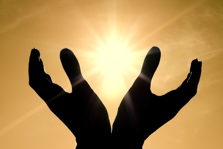 mano de dios: Sol en manos. Diseño conceptual. Foto de archivo