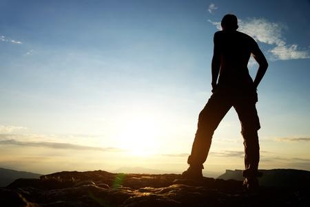 senderismo: Silueta del hombre en la monta�a. Escena conceptual.