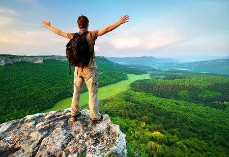 bovenaanzicht mens: Man op de top van de berg. Conceptuele scène.