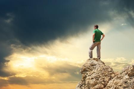 bovenaanzicht mens: Man op top van de berg. Conceptueel ontwerp.