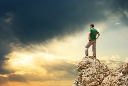 mountain climber: Uomo sulla vetta del monte. Progettazione concettuale. Archivio Fotografico