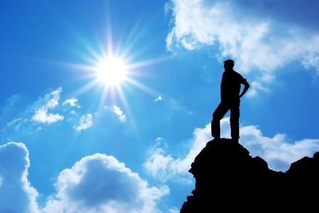 bovenaanzicht mens: Man op piek van de berg. Conceptueel ontwerp.