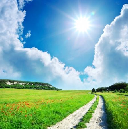 Lane w łąki i głębokie błękitne niebo. Projekt Natura.