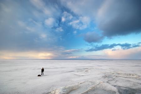 Photographe dans le travail à l'hiver sur la glace.
