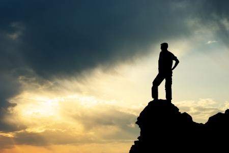L'homme sur la crête de la montagne. Conception. Banque d'images