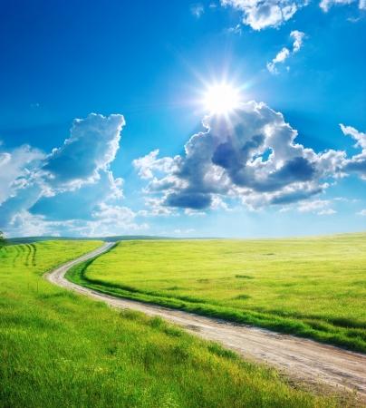 道路レーンとディープ ブルーの空。自然のデザイン。
