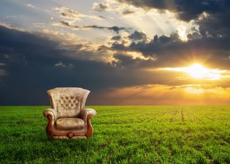 Židle na zelené louce koncepce designu Reklamní fotografie